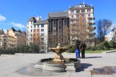 Straat in Madrid, Spanje, zoetwater drinkwaterfontein stock foto's