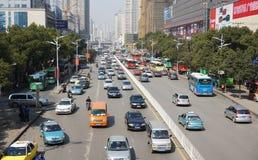 Straat met auto's in Wuhan van China Stock Foto's