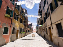 Straat met doeken die, Venetië drogen Royalty-vrije Stock Afbeeldingen