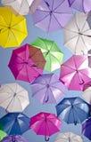 Straat met gekleurde paraplu's Agueda, Portugal Stock Afbeeldingen