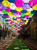 Straat met gekleurde paraplu's, Agueda, Portugal wordt verfraaid dat royalty-vrije stock afbeeldingen
