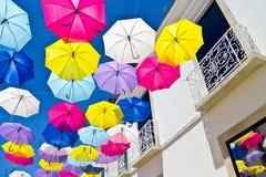 Straat met gekleurde paraplu's, Agueda, Portugal wordt verfraaid dat Royalty-vrije Stock Foto's