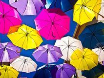 Straat met gekleurde paraplu's, Agueda, Portugal wordt verfraaid dat royalty-vrije stock foto