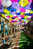 Straat met gekleurde paraplu's, Agueda, Portugal wordt verfraaid dat stock afbeelding