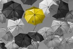 Straat met gekleurde paraplu's wordt verfraaid die. Madrid, Spanje Royalty-vrije Stock Afbeeldingen