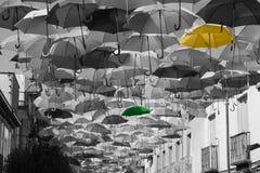 Straat met gekleurde paraplu's wordt verfraaid die. Madrid, Spanje Stock Afbeelding