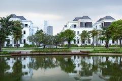 Straat met gloednieuwe betaalbare witte huizen in de voorsteden stock foto's