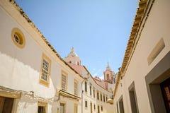 Straat met historische gebouwen in de oude stad van Lagos, Algarve Portugal Europa stock foto's