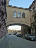 straat met huizen en boog met Vensters stock afbeelding