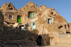 Straat met huizen met kleurrijke vensters in Kandovan-stad Stock Foto