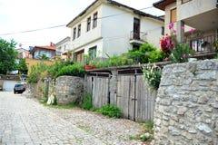 Straat met huizen in Ohrid, Macedonië Stock Foto's