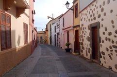 Straat met huizen in zachte pastelkleuren met houten deuren en s Royalty-vrije Stock Afbeeldingen
