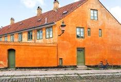 Straat met keien en cyclus bij voorzijde van kleurrijk huis Voorgevel van de historische baksteenbouw royalty-vrije stock afbeeldingen