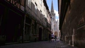 Straat met kerk in Rouen, Normandië Frankrijk stock video
