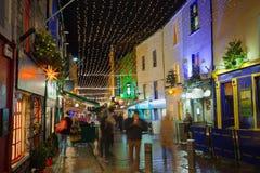 Straat met Kerstmislichten bij nacht wordt verfraaid die Royalty-vrije Stock Fotografie