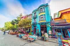 Straat met kleurrijke huizen en veelkleurige koffie in Istanboel royalty-vrije stock foto