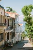 Straat met koloniale stijlgebouwen op de Eilanden van de Prinsen, Istanboel, Turkije stock foto's