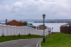 Straat met lantaarns met omheiningen die Volga in het stad-museum Sviyazhsk overzien stock fotografie