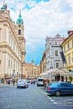 Straat met mensen bij St Nicholas Church in Praag Stock Afbeeldingen