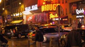 Straat met metroingang en Moulin-Rouge in Parijs, Frankrijk stock videobeelden