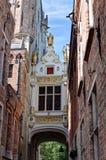 Straat met middeleeuwse passage boven de straat in Brugge/Brugge, België Royalty-vrije Stock Foto's