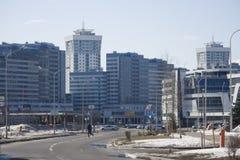 Straat met moderne gebouwen stock afbeeldingen