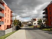 Straat met moderne huizen - het moderne leven Stock Foto's