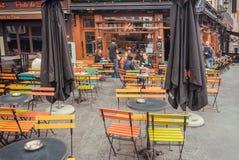 Straat met openluchtkoffie, sprekende mensen en oude gebouwen van historische stad met restaurants Stock Foto's