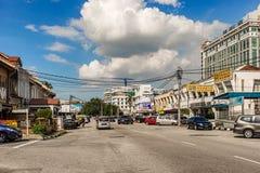 Straat met opslag en koloniale gebouwen in stad van Ipoh in Mal royalty-vrije stock fotografie