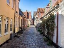 Straat met oude huizen van Ribe in Denemarken Stock Foto's