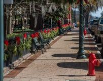 Straat met rode linten en slingers wordt verfraaid die royalty-vrije stock foto