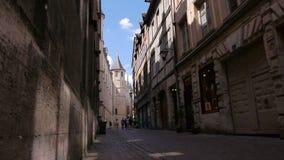 Straat met toren in Rouen, Normandië Frankrijk stock footage