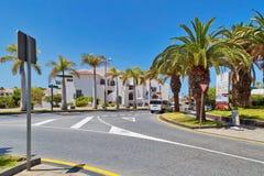 Straat met typische de vakantieflats van de Kanariestijl Royalty-vrije Stock Foto's