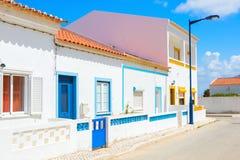 Straat met typische Portugese witte huizen in Sagres, de gemeente van Vila do Bispo, zuidelijke Algarve van Portugal Stock Foto's