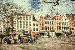 Straat met vele mensen ontspannen openlucht, bij vierkant met koffie en oude gebouwen van historische stad Royalty-vrije Stock Foto