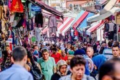 Straat met winkels in Istanboel, Turkije royalty-vrije stock fotografie