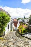 Straat met witte blokhuizen in oud centrum van Stavanger noorwegen Stock Afbeelding