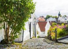 Straat met witte blokhuizen in oud centrum van Stavanger noorwegen Stock Afbeeldingen
