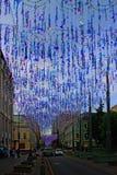 Straat in Moskou Rusland met lantaarns en kleurrijke slingers royalty-vrije stock foto