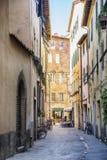 Straat in oude stad Luca, Italië Stock Foto
