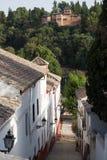 Straat in oude stad van Granada Spanje met Alhambra Royalty-vrije Stock Fotografie