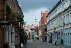 Straat in oude stad van Kaunas, Litouwen Stock Foto's