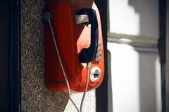 Straat rode retro telefoon, beschikbaar voor iedereen stock foto's
