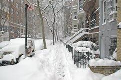 Straat in sneeuw na sneeuwstorm wordt behandeld, de Stad die van New York stock foto's