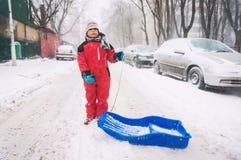 Straat in sneeuw wordt behandeld die Stock Afbeeldingen
