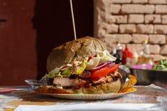Straat snel voedsel, hamburger met bbq geroosterd lapje vlees Stock Afbeeldingen