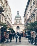 Straat tegengesteld aan St Stephen Basiliek in Boedapest stock foto's