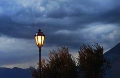 Straat uitstekende lamp tegen stormachtige hemel stock fotografie