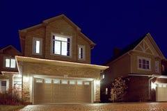 Straat van de avond glanste met lantaarns en slingers Stock Fotografie