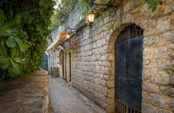 Straat van de Budva glanst de oude stad met lantaarns Royalty-vrije Stock Fotografie